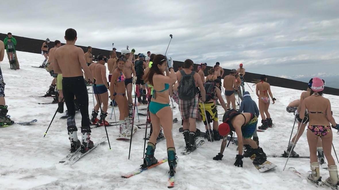 Дождь не помеха – камчатцы массово спустились с вулкана на лыжах и сноубордах в купальниках, фото-5