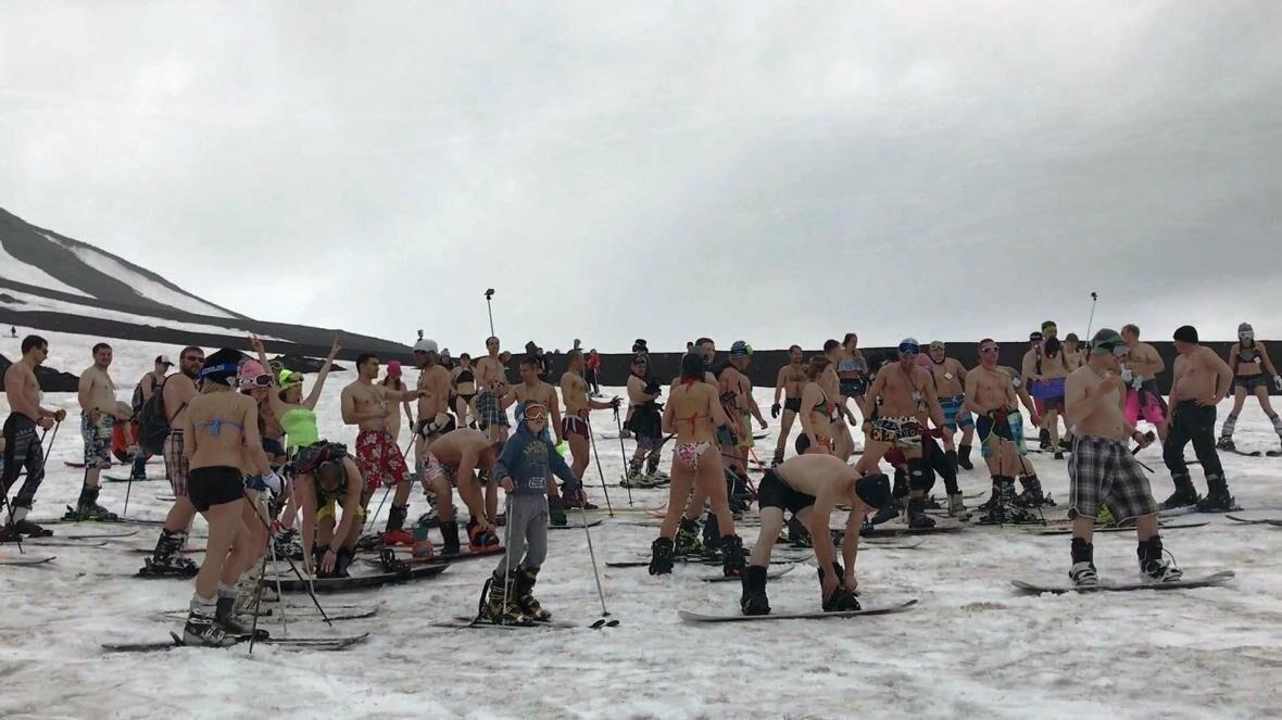 Дождь не помеха – камчатцы массово спустились с вулкана на лыжах и сноубордах в купальниках, фото-1
