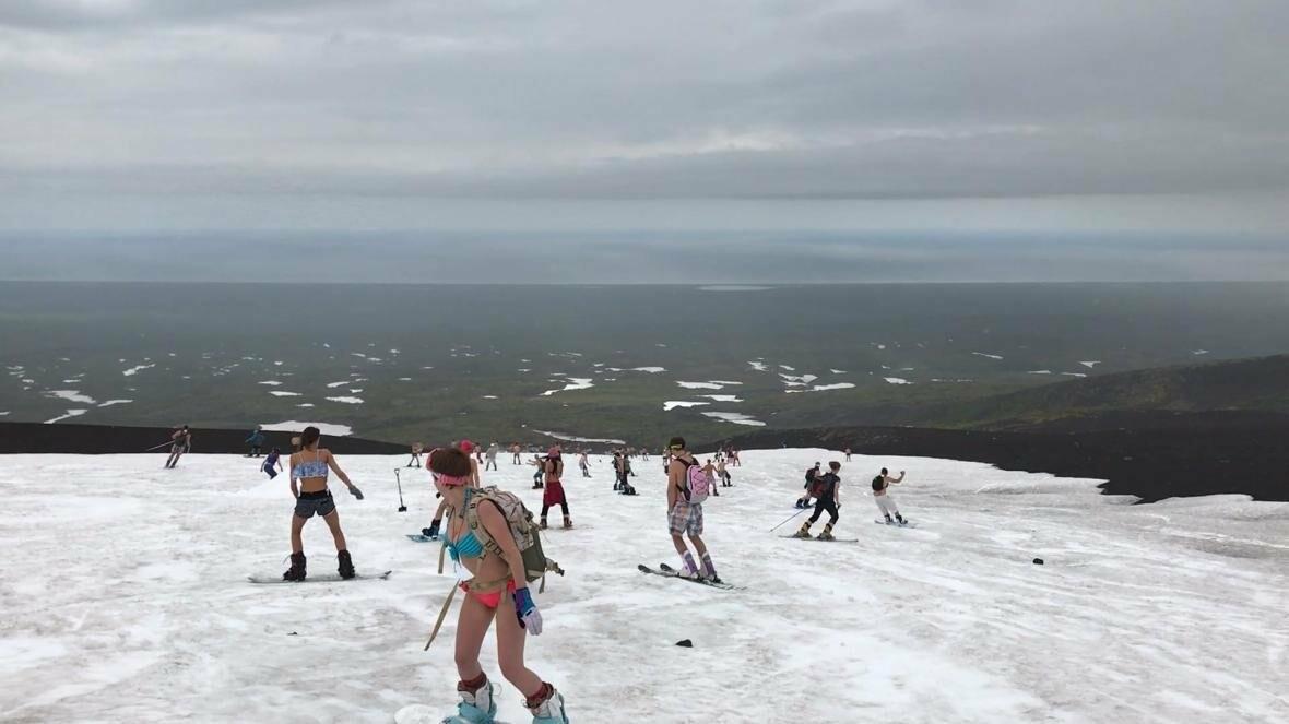 Дождь не помеха – камчатцы массово спустились с вулкана на лыжах и сноубордах в купальниках, фото-3