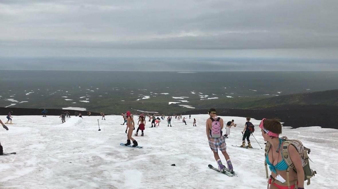 Дождь не помеха – камчатцы массово спустились с вулкана на лыжах и сноубордах в купальниках, фото-2