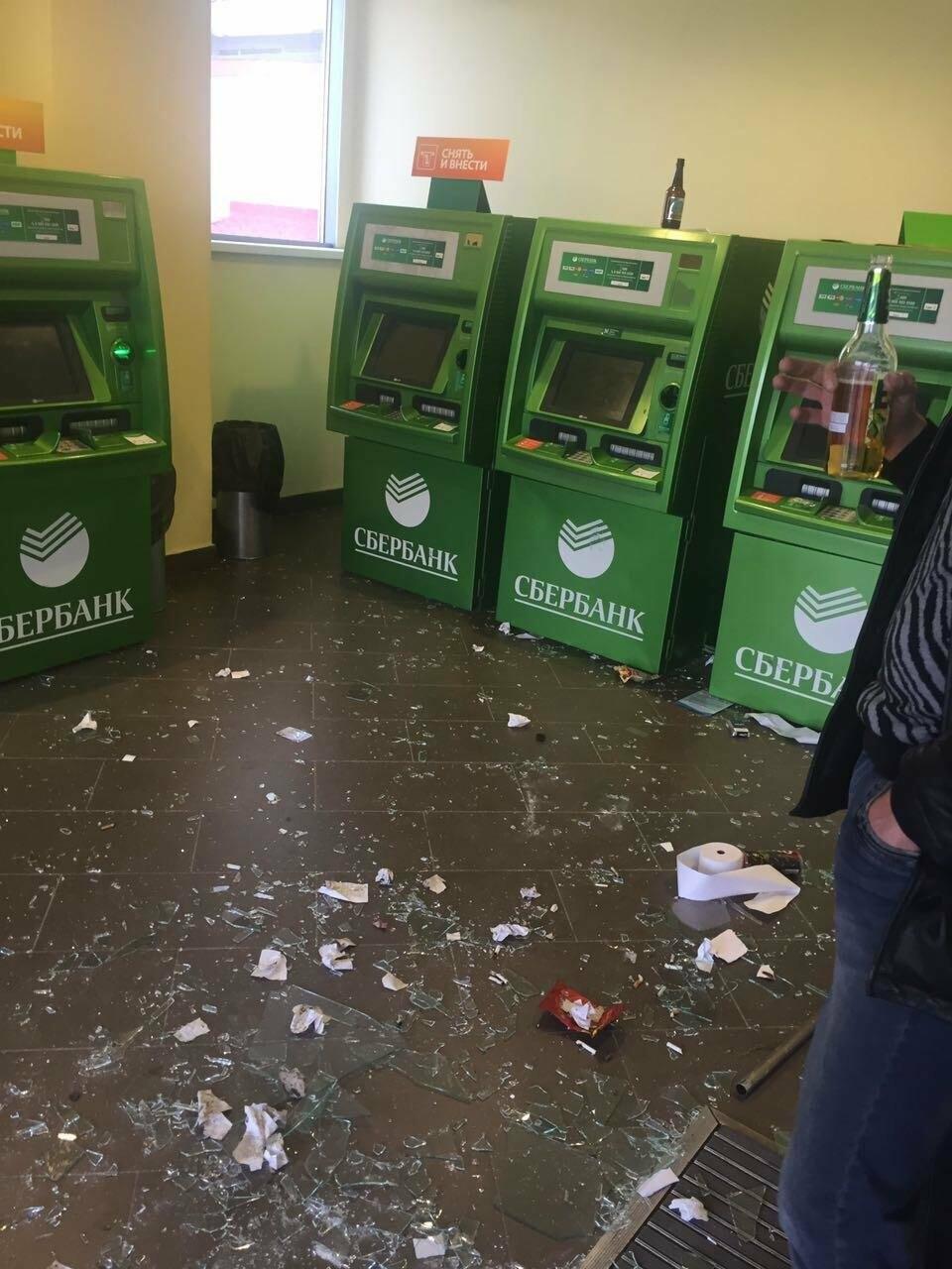 Пьяный мужчина урной разбил витрины отделения Сбербанка на Садовой, фото-2