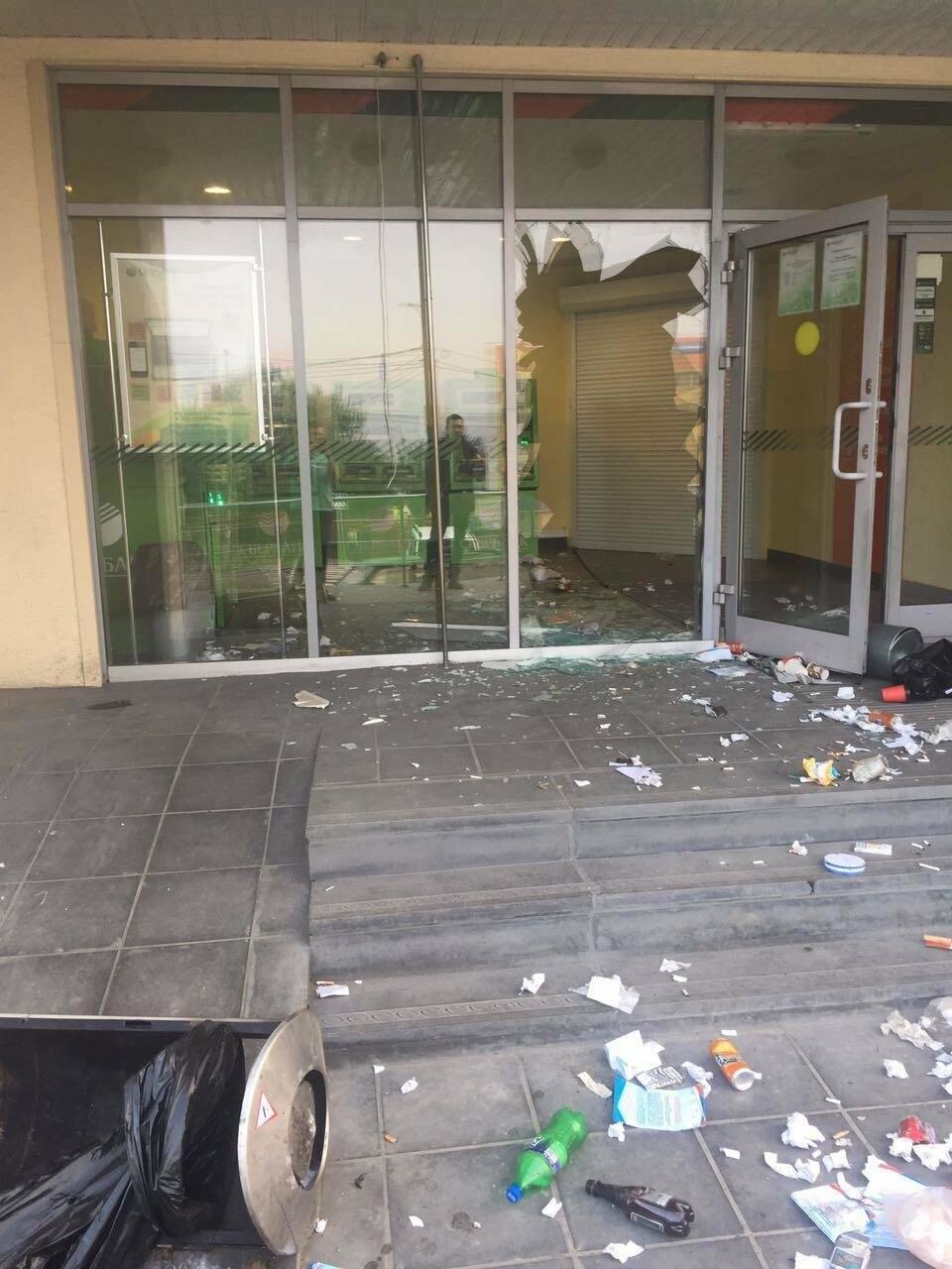 Пьяный мужчина урной разбил витрины отделения Сбербанка на Садовой, фото-3