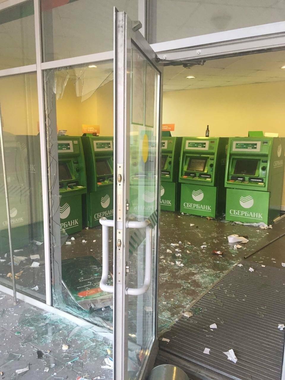 Пьяный мужчина урной разбил витрины отделения Сбербанка на Садовой, фото-5