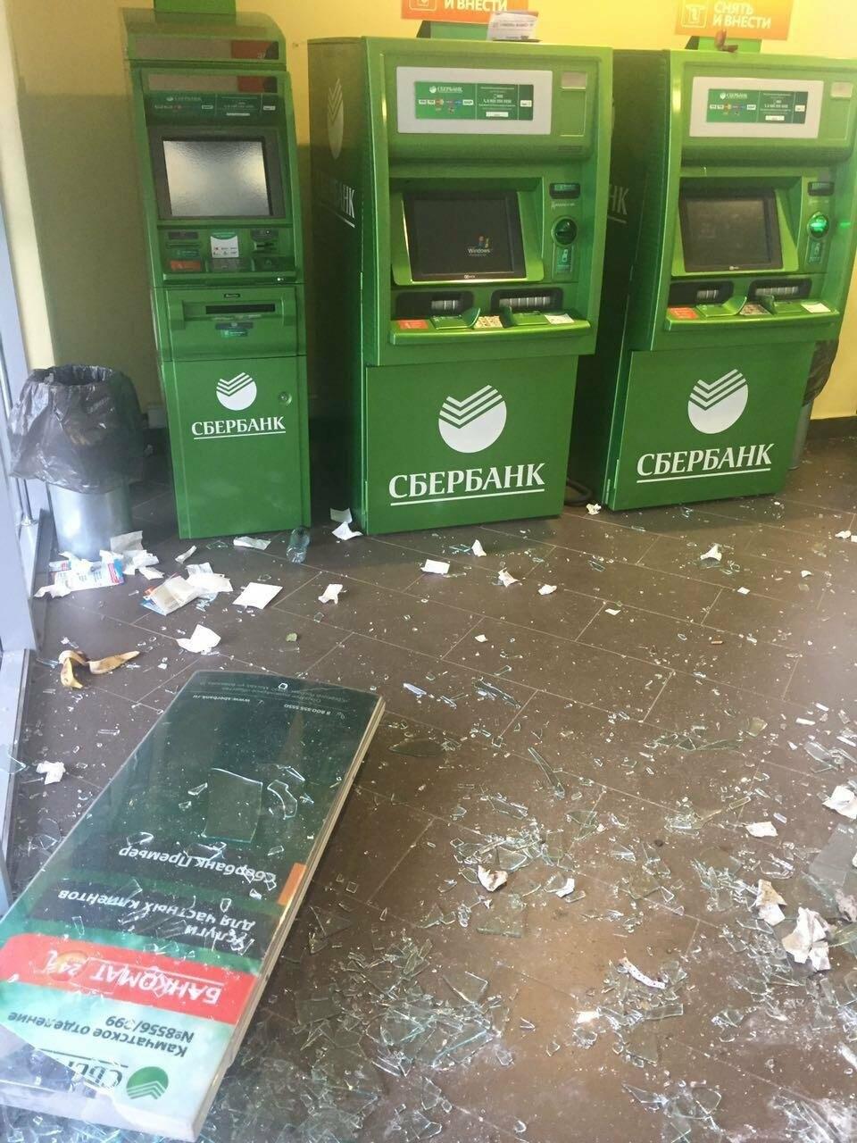 Пьяный мужчина урной разбил витрины отделения Сбербанка на Садовой, фото-4