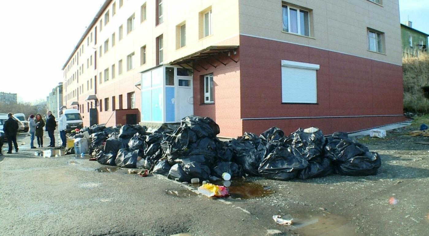 10 грузовиков мусора вывезли из квартиры душевнобольной жительницы Завойко, фото-2