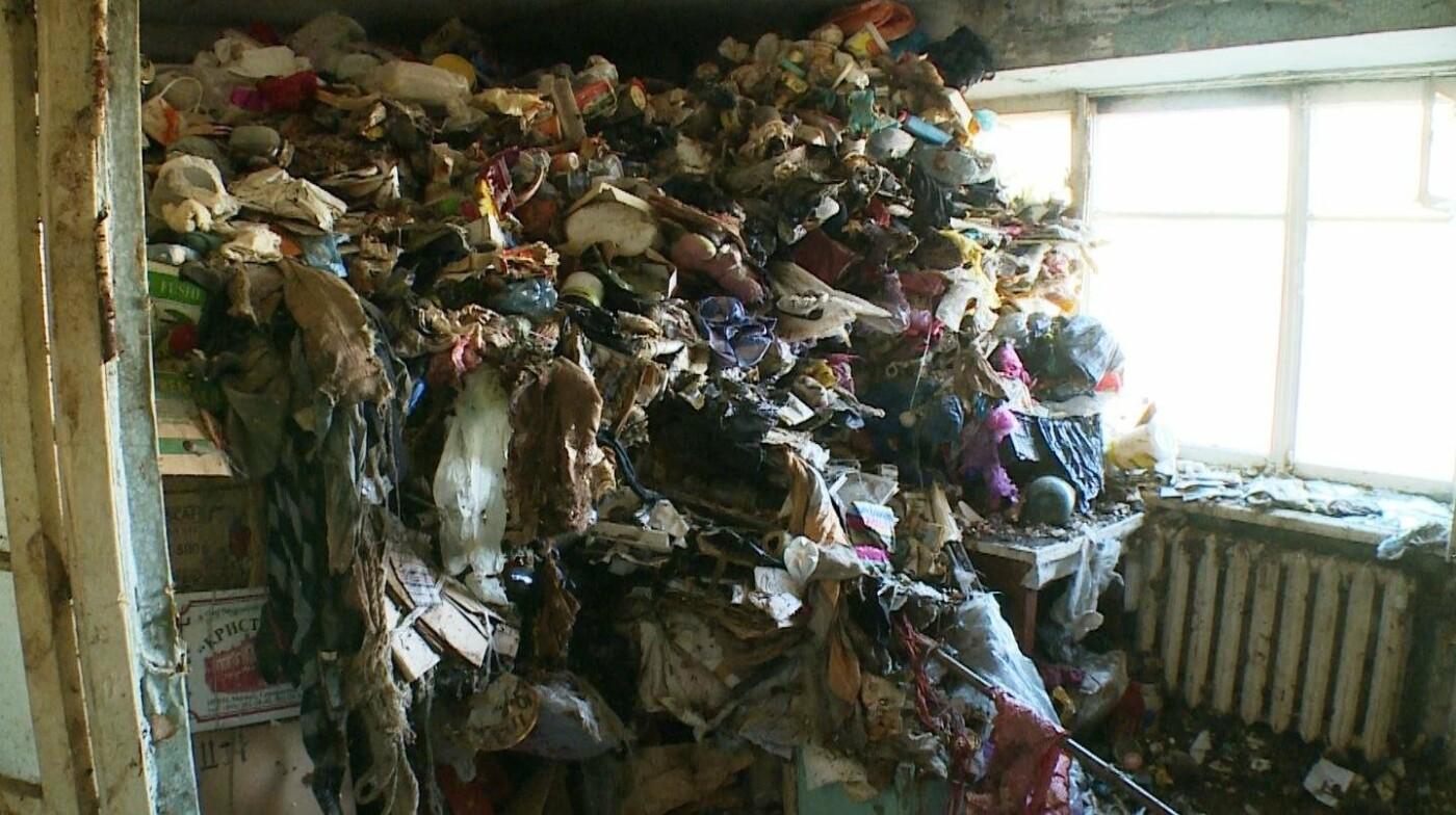 10 грузовиков мусора вывезли из квартиры душевнобольной жительницы Завойко, фото-3