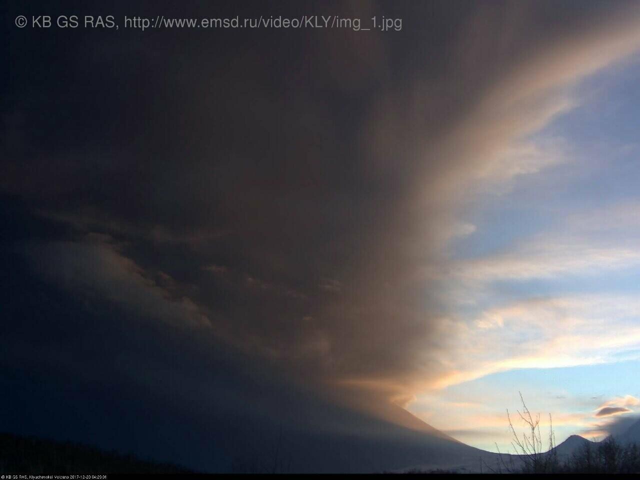 На Камчатке Безымянный «выстрелил» пеплом на 15 км, фото-2