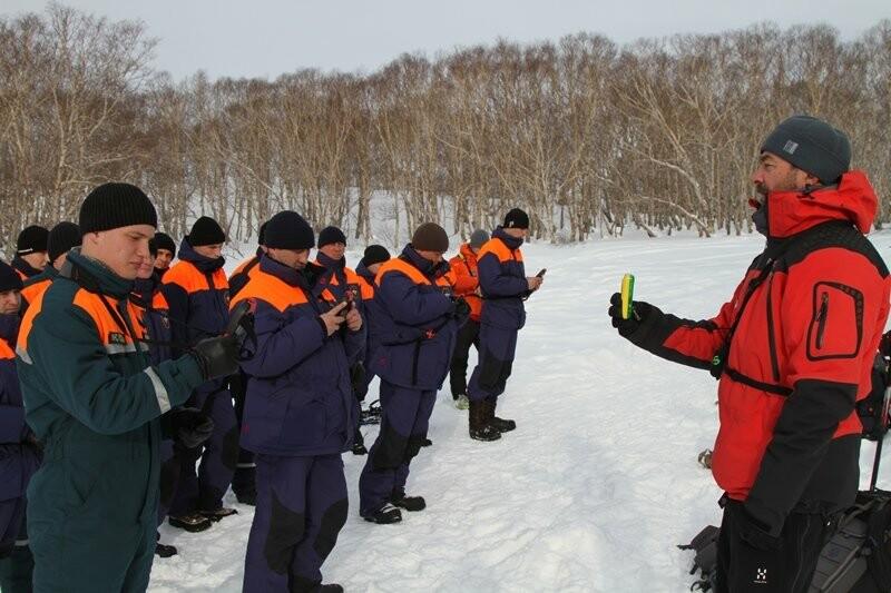 На Камчатке спасатели тренировались искать людей в снегу, фото-1