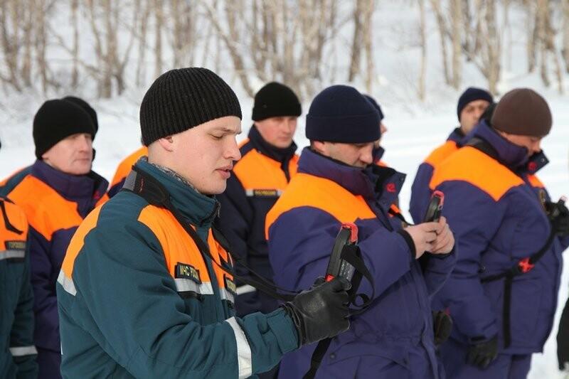 На Камчатке спасатели тренировались искать людей в снегу, фото-3