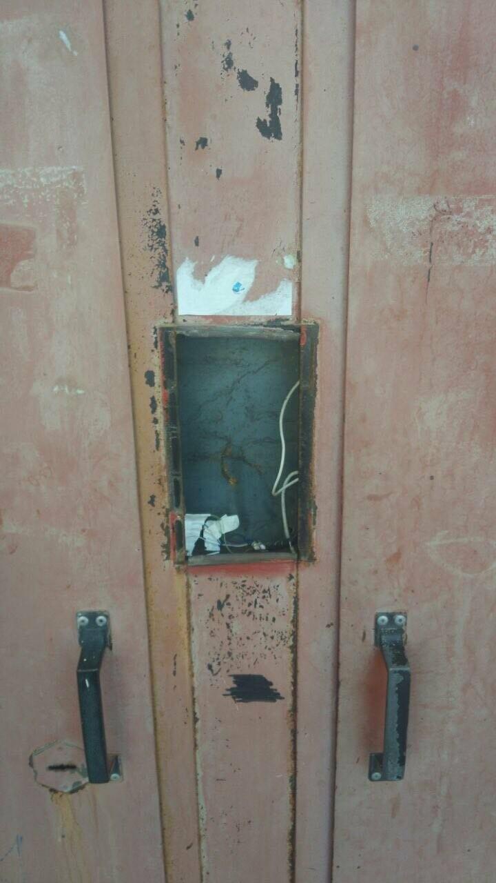На Камчатке коммунальщики заблокировали людей в подъезде, сняв с двери домофон, фото-1