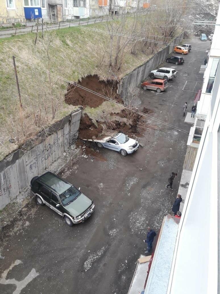 Внезапно – в Петропавловске джип расплющило подпорной стенкой, фото-1