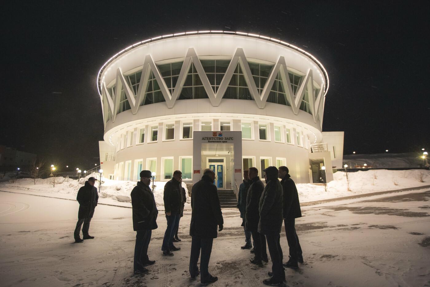 Камчатский Дворец бракосочетаний светится в темноте, фото-1
